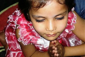 Pakistan.MC.churchmeeting.praying.girl